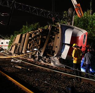 Спасатели и медики на месте крушения скоростного поезда на севере Тайваня. 21 октября 2018 года