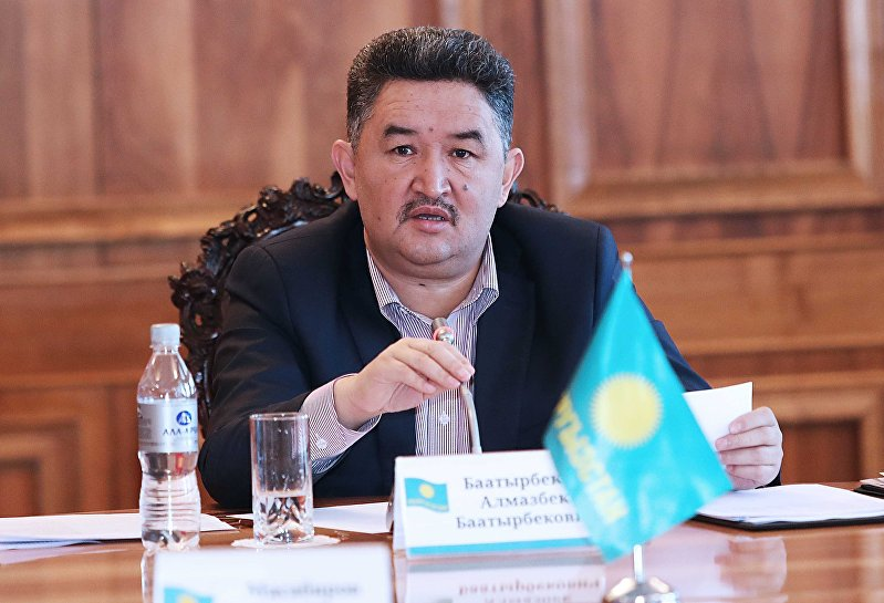 Лидер фракции Кыргызстан Алмазбек Баатырбеков на заседании