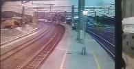 Момент крушения поезда на Тайване попал на видео — вылетел с рельс