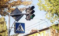 Зеленый свет светофора на перекрестке. Архивное фото