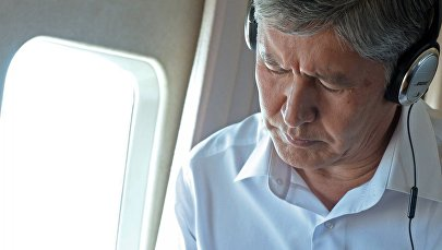 Экс-президент Алмазбек Атамбаев во время перелетов. Архивное фото