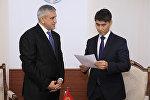 Тышкы иштер министри Чыңгыз Айдарбеков Өзбекстандын Кыргызстандагы элчиси Комил Рашидовду кабыл алды