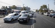 Бишкектин көчөлөрүндө турган автоунаалар. Архивдик сүрөт