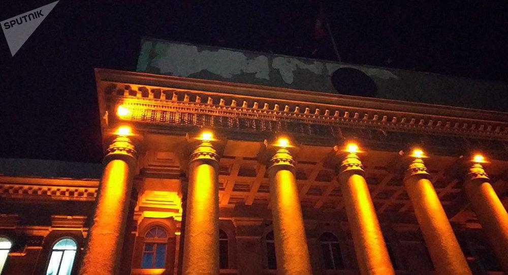 В Бишкеке посыпалась штукатурка на лицевой стороне Дома правительства