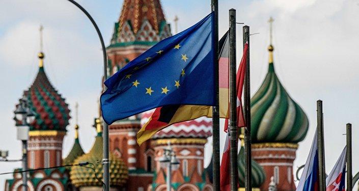 Флаг Европейского Союза перед Собором Святого Василия в Москве. Архивное фото