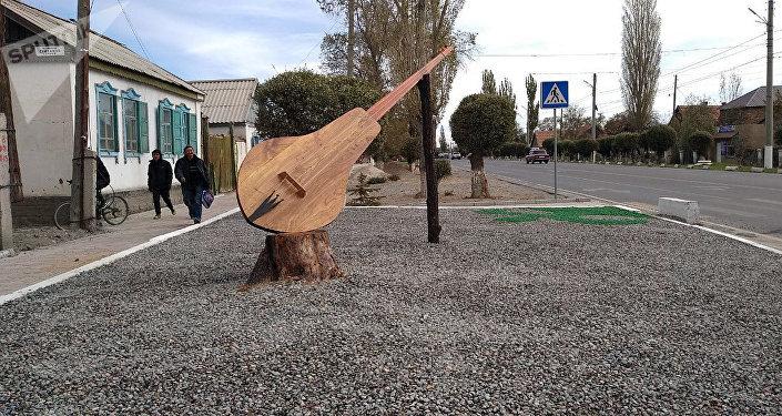 Балыкчы шаарынын чок ортосуна улуттук аспап — комуздун инсталляциясы коюлду
