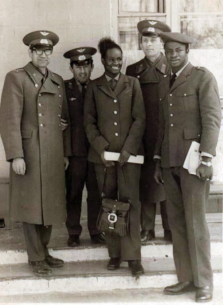 Летчица Диала Фатимату Бинту с советскими офицерами в Токмакском гарнизоне. Она была единственной женщиной закончившая 5 ЦК ПУАК. Бинту отучилась на пилота вертолета в учебном полку Фрунзе-1. Фатимату Диала одна из первых женщин Гвинеи и Африки которая стала военным летчиком.