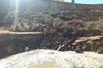 Жалал-Абаддагы Сузак районунун Кызыл-Туу айыл аймагына караштуу Акчалуу айылында жер көчүп, Ачы-Сай суусун бөгөп калды