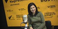 Ведущая радио Sputnik Кыргызстан Айтурган Сатиева на радиостудии