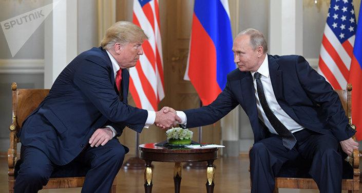 Россиянын президенти Владимир Путин менен АКШ лидери Дональд Трамп. Архив