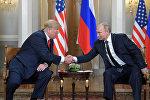 Президент РФ Владимир Путин и президент США Дональд Трамп во время встречи в Хельсинки. Архивное фото
