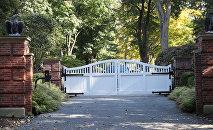 Вход в дом американского миллиардера Джорджа Сороса, где в почтовом ящике перед домом было обнаружено взрывное устройство, Нью-Йорк, США. 23 октября 2018 года