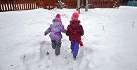 Дети идут по тропинке в снегу к дому. Архивное фото