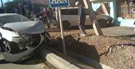 В Бишкеке на пересечении улиц Орозбекова и Баялинова автомобиль Honda Accord врезался в Honda Odyssey, после чего минивэн въехал в небольшое здание