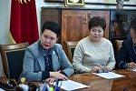 Бишкектеги №66 мектептин директору Минара Якупова (оң жакта)