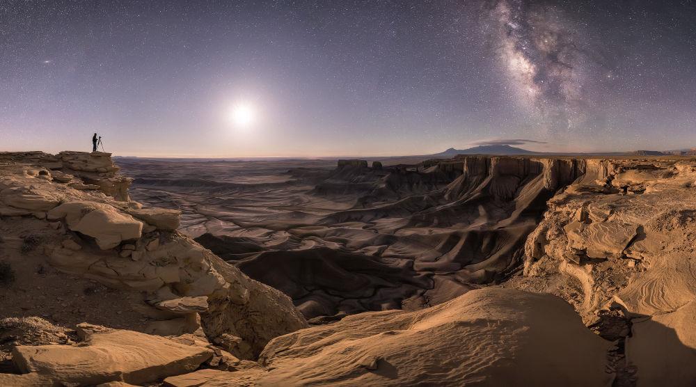 Гран-при конкурса и 10 тысяч фунтов присудили Брэду Голдпейнту за фото Транспорт души. Жюри впечатлило сочетание безбрежного ландшафта и одинокого фотографа, снимающего звездное небо.