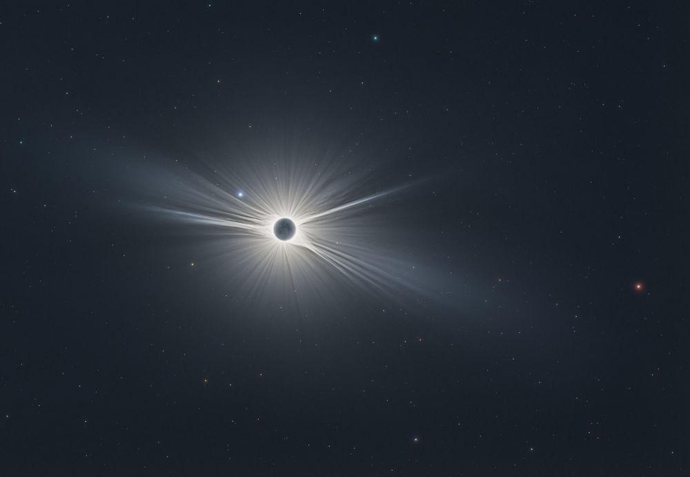 Фото солнечного затмения, сделанное французом Николя Лефаду, победило в номинации Наше солнце. В кадр, названный Король-солнце, маленький король и бог войны попали Марс и звезда Регул в созвездии Льва.