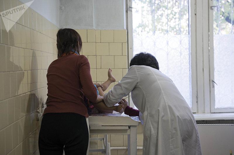 Детский гинеколог Диля Боромбаева во время осмотра пациента