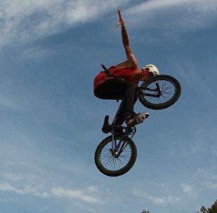 Велосипедист исполняет трюк. Архивное фото