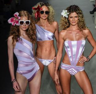 Модели на показе коллекции купальников Бразильской недели моды в Сан-Паулу