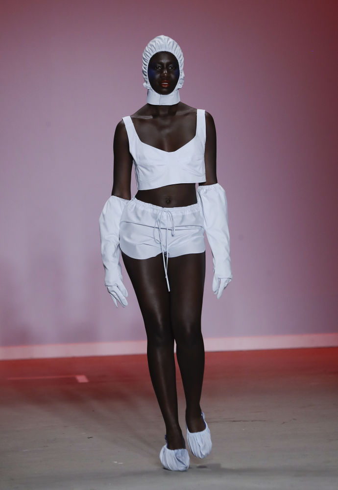 Латиноамериканские модельеры представили весьма откровенные наряды с акцентом на прозрачность
