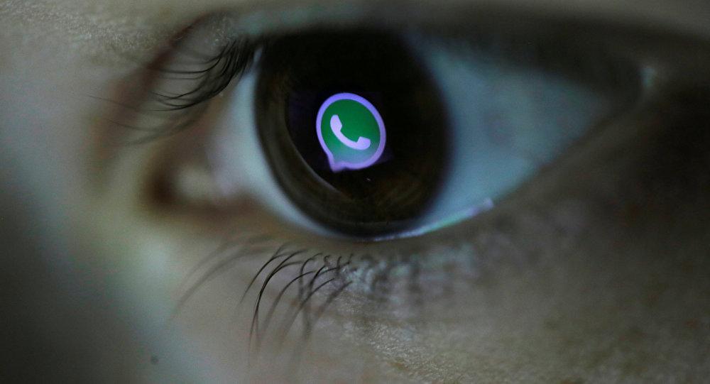 Логотип Whatsapp, отраженный в глазах человека. Архивное фото