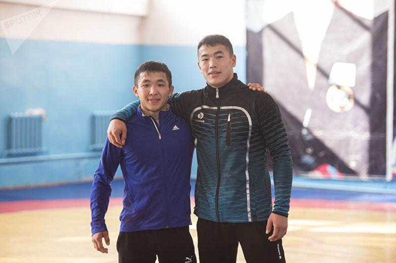 Отечественные борцы греко-римского стиля Жоламан Шаршенбеков и Акжол Махмудов во время тренировок