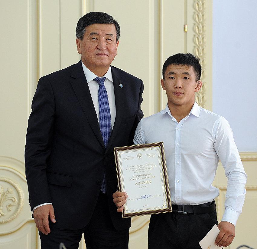 Премьер-министр Кыргызской Республики Сооронбай Жээнбеков и серебрянный призер чемпионата мира по борьбе среди юниоров Жоламан Шаршенбеков на торжественной встрече со спортсменами, показавшими лучшие спортивные результаты в 2017 году