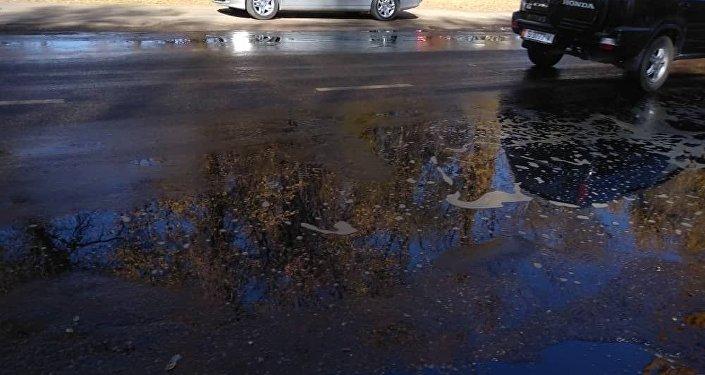Кант шаарындагы нефтини кайра иштетүүчү заводдо  күйүүчү май төгүлүп, жолго чейин чыгып кетти