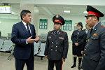 Президент Сооронбай Жээнбеков ИИМдин Мамлекеттик кызматтарды көрсөтүү борборун көрүү учурунда