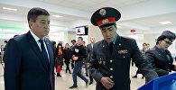 Чүй облустук милициясынын начальниги, милициянын полковниги Самат Курманкулов жана президент Сооронбай Жээнбеков. Архивдик сүрөт