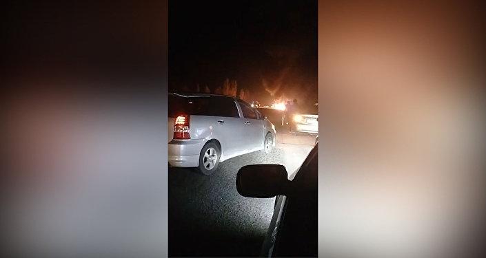 Легковушка врезалась в ограждение и загорелась близ Токмока — видео очевидца