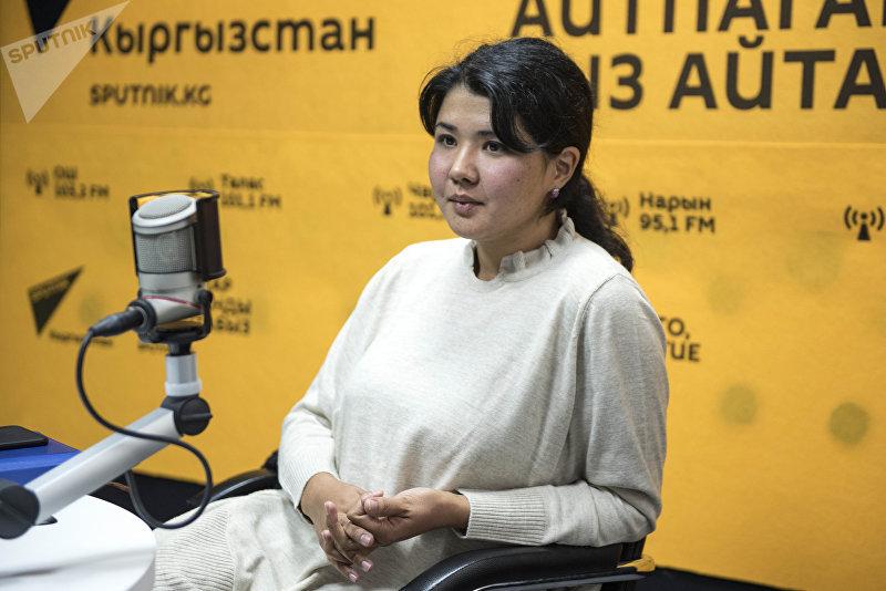Учительница английского языка Мээрим Шамырканова во время интервью на радио Sputnik Кыргызстан