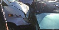 В микрорайоне Восток-5 на мосту столкнулись маршрутный микроавтобус №216 и легковой автомобиль ВАЗ-21099