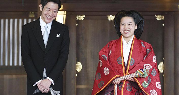 Император Акихитонун эки ата өткөн карындашы, Япониянын ханбийкеси Аяко Такамадо жөнөкөй жигитке турмушка чыкты