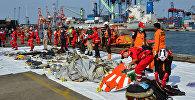 Индонезиянын сууларында кырсыкка учураган Boeing 737 учагынын сыныктарын чогултуп жаткан куткаруучулар