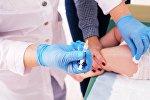Медик делает прививку ребенку. Архивное фото