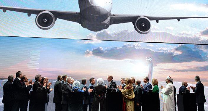Мындан бир аз мурдараак өлкө лидери Режеп Тайип Эрдогандын учагы жаңы аэропортко конуп, аба майданга келген биринчи аба кемеси болуп калды