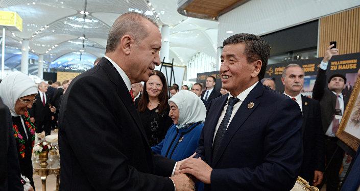 Аэропорттун ачылыш салтанатына Эрдогандын чакыруусу менен Кыргызстандын президенти Сооронбай Жээнбеков да барып, катышты.