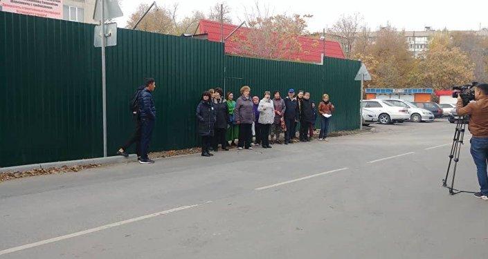 Бишкектеги 7-кичи райондун тургундары 12 кабаттуу үйдүн курулушуна каршы болууда. Бул тууралуу жергиликтүү тургун Сымбат Каниметова билдирди