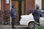 Сотрудники милиции у Первомайского районного суда Бишкека. Архивное фото