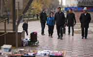 Мэр Бишкека Азиз Суракматов и сотрудники мэрии во время прогулки по Бишкеку. Архивное фото