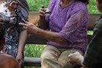 Женщина с рюмкой водки на руке. Архивное фото