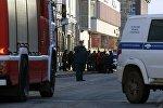 Сотрудники полиции и МЧС РФ у входа в здание управления ФСБ по Архангельской области, где произошел взрыв.