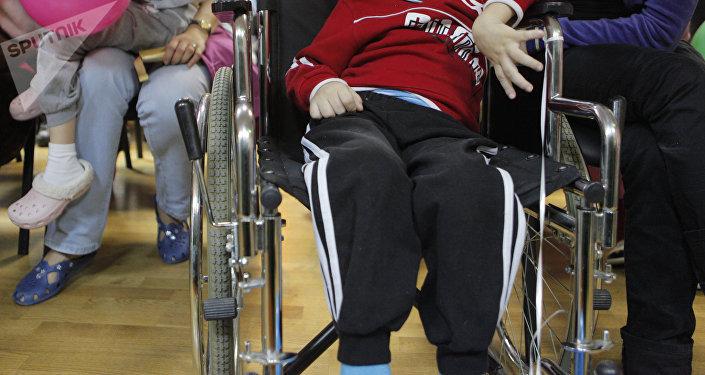 Ребенок в инвалидной коляске. Архивное фото