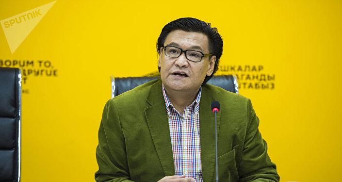 Председатель комитета по вопросам промышленной политики, экспорта, инфраструктуры и государственно-частного партнерства ТПП КР Кубат Рахимов на видеомосте в пресс-центре Sputnik Кыргызстан.