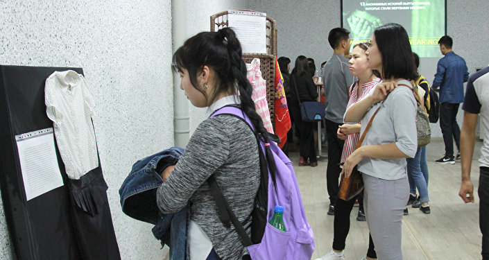 В начале октябре выставка Во что ты была одета? привлекла внимание сотни молодых людей — они с ужасом замирали у детских платьев и домашних халатов
