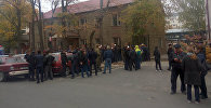 Сторонники бывшего советника экс-президента КР Алмазбека Атамбаева Икрамжана Илмиянова собрались возле здания Бишкекского городского суда