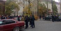 Сторонники бывшего советника экс-президента КР Алмазбека Атамбаева Икрамжана Илмиянова возле здания Бишкекского городского суда