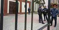 Илмияновдун баш коргоо чарасын карап аткан Бишкек шаардык сотунун имаратынын алдындагы милиция кызматкерлери